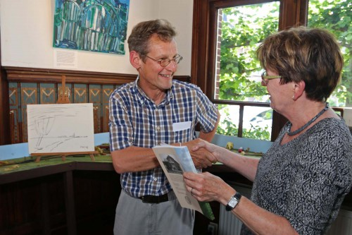 Bestuurslid Rina Visser bedankt Piet Houtenbos voor zijn openingshandeling, het maken van de houtskooltekening van een typisch Midden-Delflands landschap.