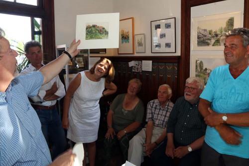 Kees Tetteroo overhandigde de aquarel van de verbrande molen. Het werk wordt aan de expositie toegevoegd.