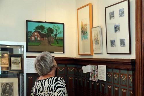 Een van de eerste aanwinsten was het schilderij, links, van mevrouw Langelaan-van der Lans. Zij schilderde talrijke boerderijen in wat men de naïeve stijl noemt.